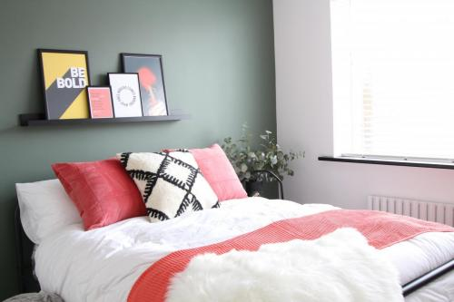 Valspar Puddle Jumper Green paint bedroom, shelf with pictures