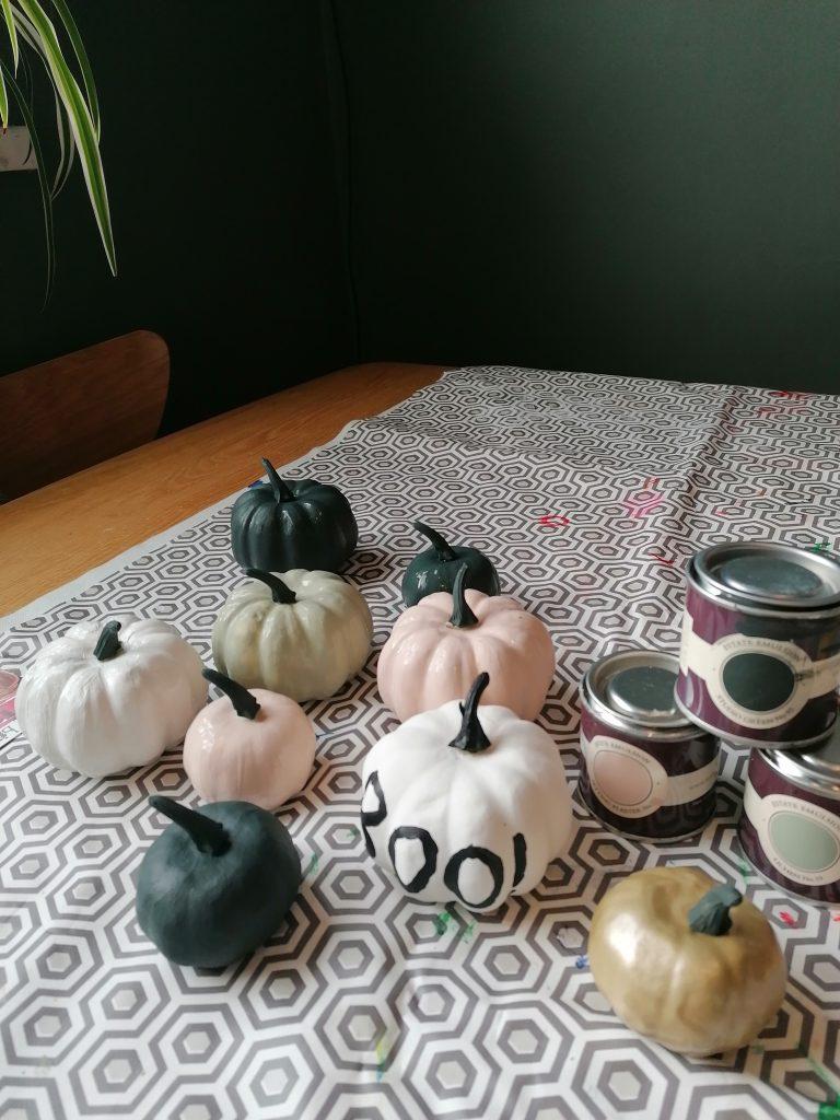 DIY Halloween decoration painting pumpkins